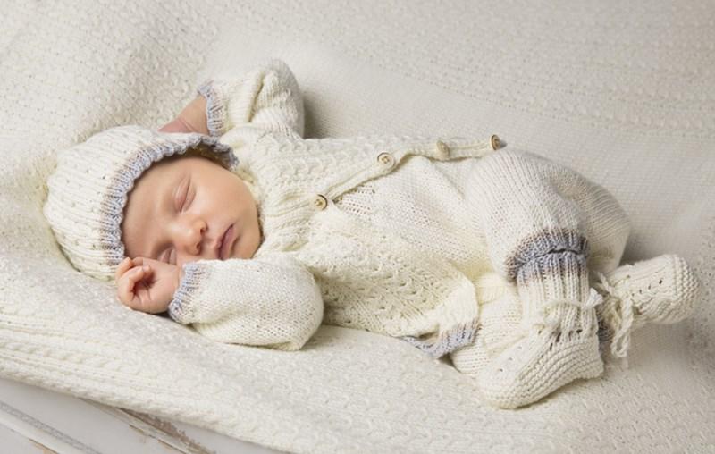 Babyset med sparkbyxa, kofta, mössa och tofflor stickade i Viking Bambino